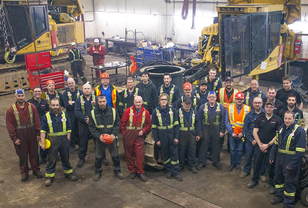 Les clients portent des combinaisons rouges et le personnel de Wajax est en bleu. Dominic Langlois, responsable d'entretien, doit savoir à tout moment qui est mécanicien de Wajax et qui est client.