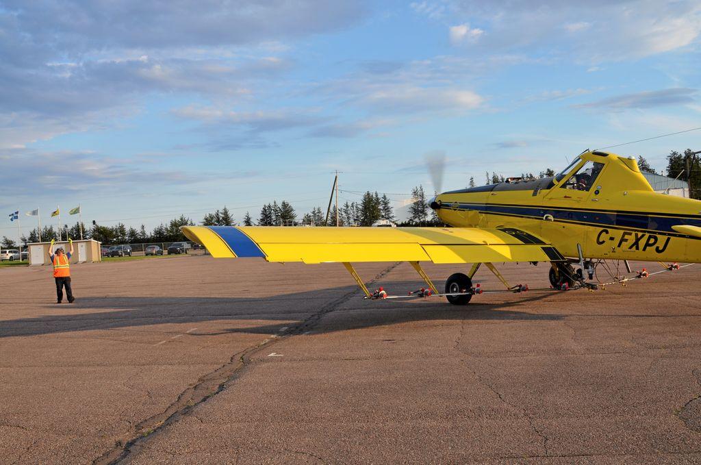 Un pilote se prépare à décoller pour son premier épandage de la saison.