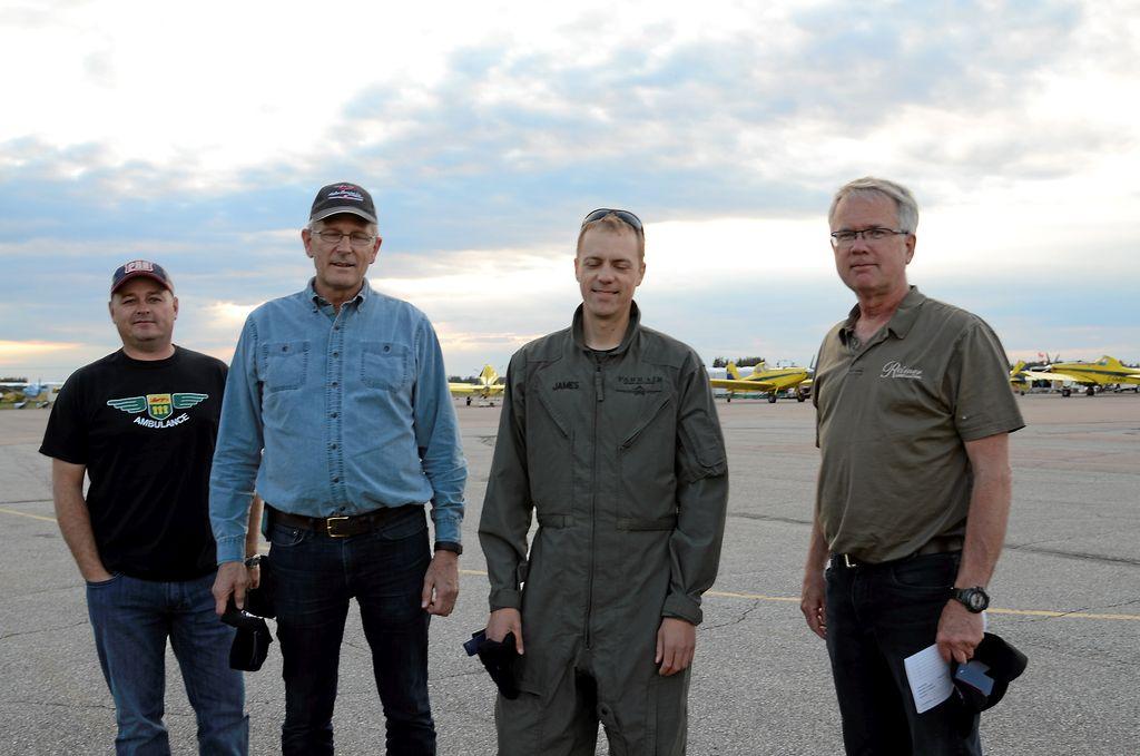 La plupart des pilotes embauchés par la SOPFIM viennent de l'ouest canadien, car ce type d'application y est grandement répandu en agriculture. Sur la photo, on peut voir les pilotes Steve Toth, Rick Reimer. Ted Anderson et James Goertzen.