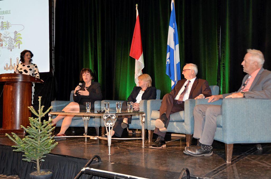 Line Drouin, sous-ministre du MFFP, Martine Dubuc, sous-ministre déléguée pour Environnement et Changement climatique Canada, Marc Croteau, sous-ministre au ministère du Développement durable, de l'Environnement et des Changements climatiques, et Mario Bouchard, sous-ministre au ministère de l'Économie et de l'Innovation du Québec, ont participé à la table ronde des sous-ministres présentée lors du congrès annuel du CIFQ.